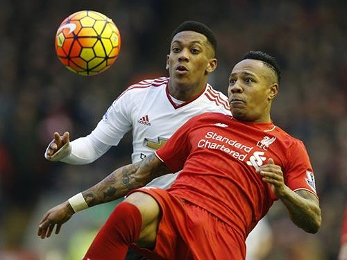 Clyne (phải) quyết cùng Liverpool đòi món nợ thua M.U cả 2 lượt ở Giải Ngoại hạng Anh mùa này Ảnh: REUTERS