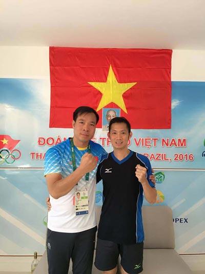 Tiến Minh chụp ảnh chung với đàn anh Hoàng Xuân Vinh Ảnh: FaceBook nhân vật