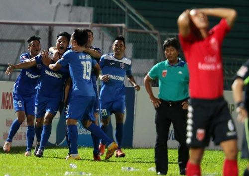 Mạc Hồng Quân (thứ hai từ trái sang) sau bàn thắng đưa Than Quảng Ninh vào bán kết