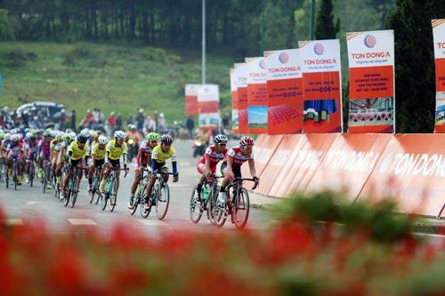 Các tay đua vòng quanh Hồ Xuân Hương sáng 28-4