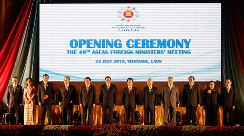 Ngoại trưởng các nước ASEAN tham dự hội nghị ở thủ đô Vientiane - Lào hôm 24-7 Ảnh: AP