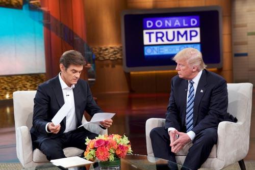 Ứng viên Tổng thống Mỹ Donald Trump (phải) cung cấp kết quả kiểm tra sức khỏe trong một chương trình được ghi hình hôm 14-9 Ảnh: REUTERS