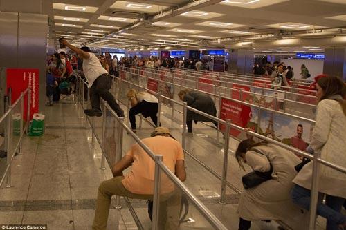 Hành khách tại sân bay Ataturk hoảng loạn bỏ chạy sau vụ tấn công Ảnh: DAILY MAIL