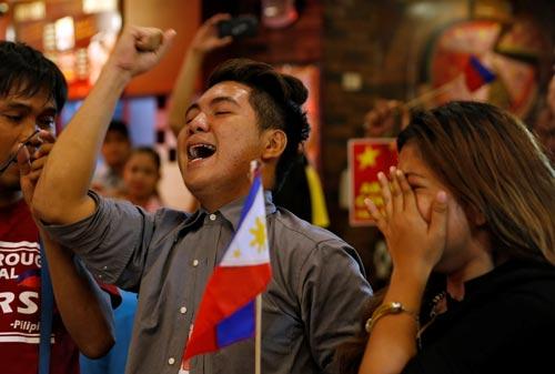 Các nhà hoạt động Philippines từng đi thuyền ra bãi cạn Scarborough vui mừng trước phán quyết. Ảnh: REUTERS