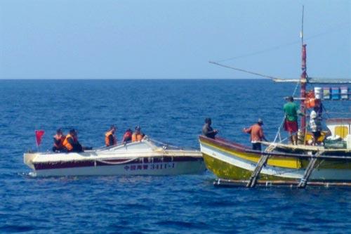 Lực lượng hải cảnh Trung Quốc cản trở tàu cá Philippines gần bãi cạn Scarborough Ảnh: AP