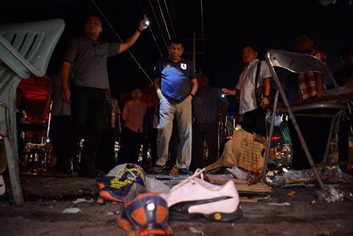 Tổng thống Duterte (áo xanh) tại hiện trường vụ nổ bom ở TP Davao vào rạng sáng 3-9 Ảnh: REUTERS