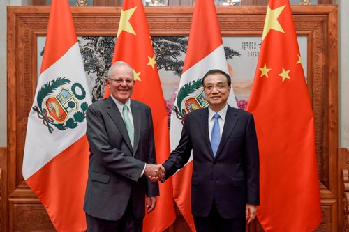 Thủ tướng Trung Quốc Lý Khắc Cường (phải) tiếp Tổng thống Peru Pedro Pablo Kuczynski ở Bắc Kinh hôm 14-9 Ảnh: REUTERS