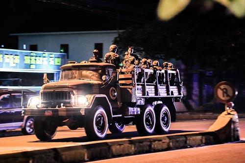 Xe tải chở binh sĩ chạy gần trụ sở CNRP ở Phnom Penh đêm 12-9 Ảnh: THE CAMBODIA DAILY