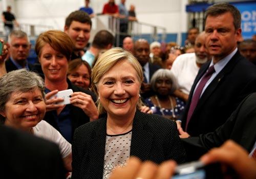 Bà Hillary Clinton chụp ảnh với người ủng hộ ở TP Warren, bang Michigan hôm 11-8 Ảnh: REUTERS