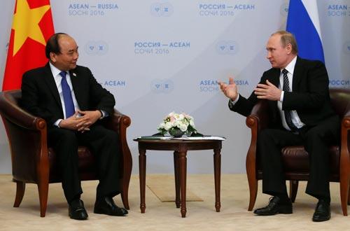 Thủ tướng Nguyễn Xuân Phúc hội kiến với Tổng thống Nga Vladimir Putin ngày 19-5 Ảnh: REUTERS