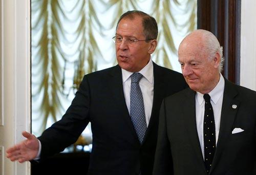 Ngoại trưởng Nga Sergei Lavrov (trái) tiếp ông Staffan de Mistura, đặc phái viên Liên Hiệp Quốc về Syria, tại Moscow hôm 3-5 Ảnh: Reuters