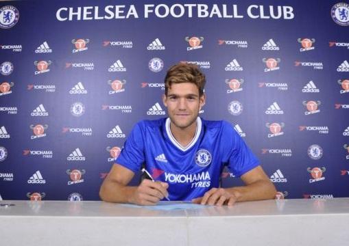 Marcos Alonso trong buổi ký kết hợp đồng với Chelsea