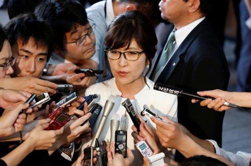 Tân Bộ trưởng Quốc phòng Tomomi Inada nói chuyện trước báo giới ngày 3-8 Ảnh: REUTERS