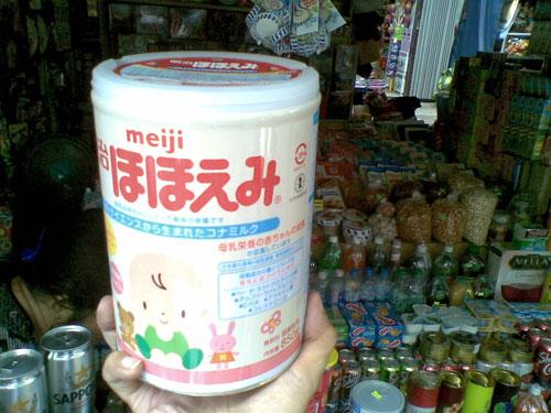 """Sữa Meiji """"xách tay"""" từ Nhật Bản - Ảnh: Nguyễn Hải"""