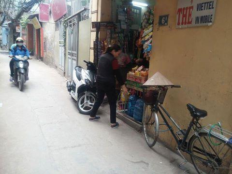 Cửa hàng tạp hóa, nơi người mẹ đặt bé trai trước cửa nhờ nuôi giúp