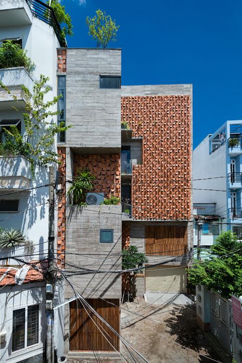 Với diện tích tích đất hạn chế lại có nhiều mục đích sử dụng, kiến trúc sư đã làm thành 5 tầng để phù hợp với nhu cầu.