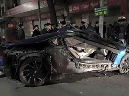 Siêu xe BMW i8 màu xanh ngọc bị hư hỏng nặng phần hông bên trái