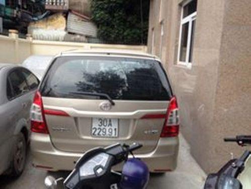Chiếc xe Innova bỏ chạy được đưa về trụ sở Công an phường Kim Liên
