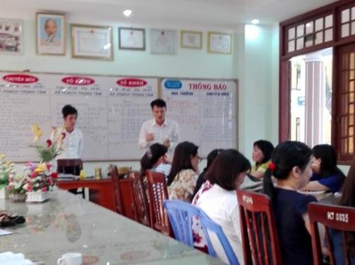 Hai người của doanh nghiệp tiếp thị xoong, nồi tại buổi họp một trường THCS trên địa bàn TP Quảng Ngãi. Ảnh: Giáo viên cung cấp