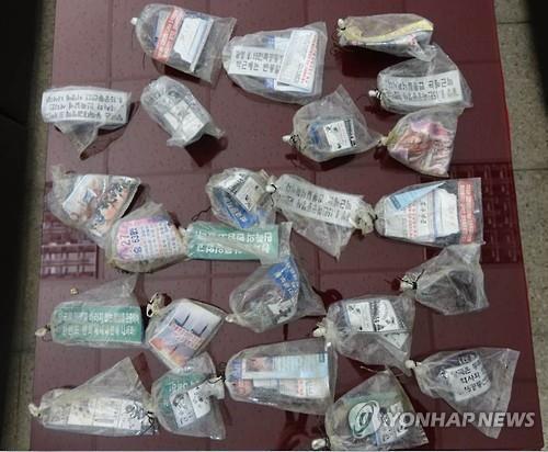 Truyền đơn bọc trong túi ni lông Hàn Quốc thu được hôm 22-7. Ảnh: YONHAP