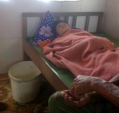Em Nguyễn Thanh Tùng đang điều trị tại Trạm y tế xã Nam Trạch