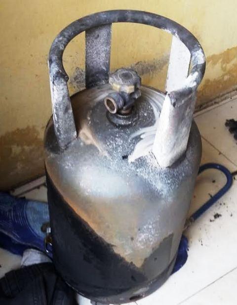 Chiếc bình gas cháy đen sau vụ cháy khiến anh Nguyyễn Đức Quỳnh bỏng nặng toàn thân