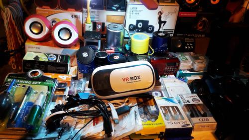 VR-Box, mẫu kính thực tế ảo giá rẻ được bán phổ biến tại vỉa hè và các cửa hàng điện tử nhỏ.
