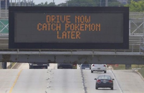 Biển cảnh báo được đặt trên cao tốc.