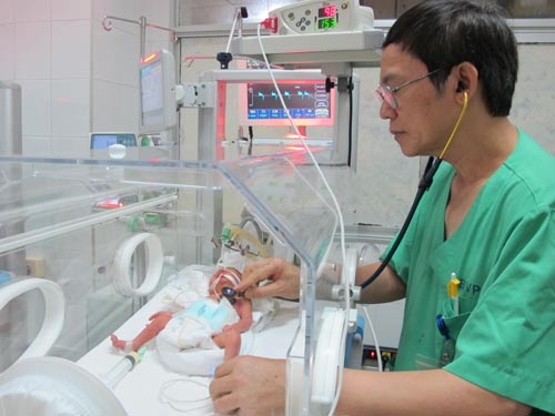 Bé sơ sinh, con sản phụ ung thư phổi di căn, đang được chăm sóc tại Bệnh viện Phụ sản trung ương