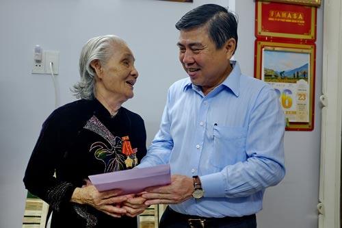 Chủ tịch UBND TP Nguyễn Thành Phong thăm hỏi, chúc sức khỏe mẹ Việt Nam anh hùng Lê Thị Cách. Ảnh: Thế Anh
