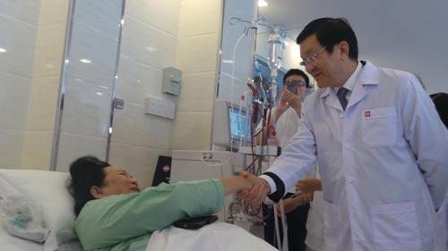 Nguyên Chủ tịch nước Trương Tấn Sang thăm người bệnh đang chạy thận tại Trung tâm Lọc máu kỹ thuật cao
