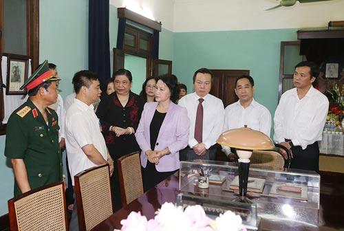 Chủ tịch Quốc hội Nguyễn Thị Kim Ngân thăm nơi trưng bày kỷ vật trong Khu Di tích Chủ tịch Hồ Chí Minh Ảnh: TTXVN
