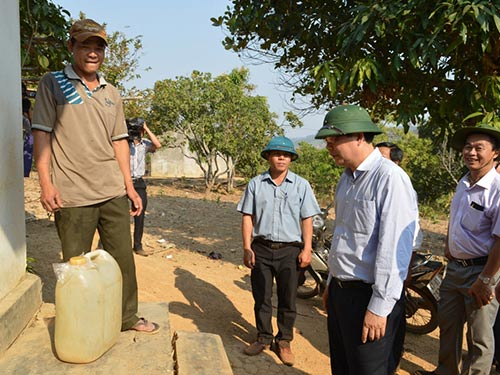 Bộ trưởng Cao Đức Phát hỏi thăm người dân vừa chở nước về từ cách nhà cả cây số