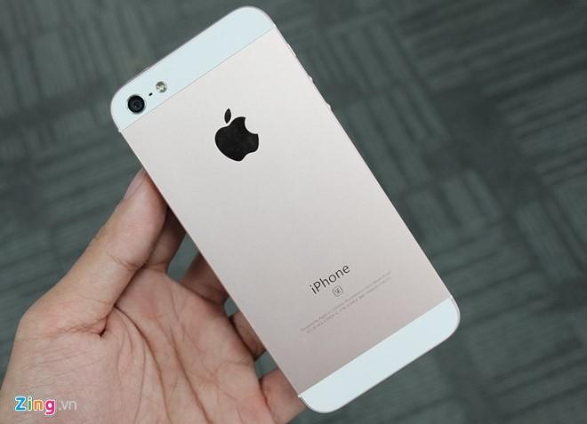 iPhone SE thật (trên) và iPhone SE nhái (dưới).