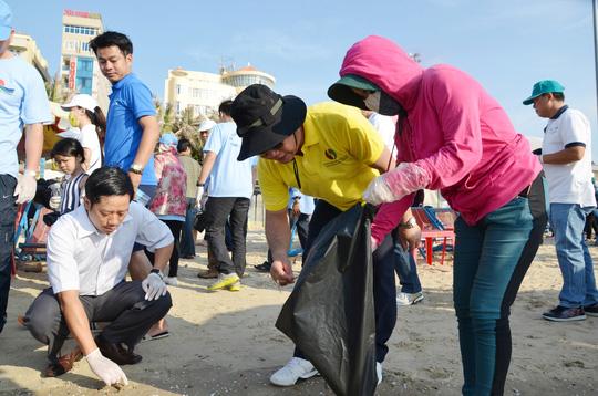 Lãnh đạo TP Vũng Tàu nhặt rác trên bãi biển