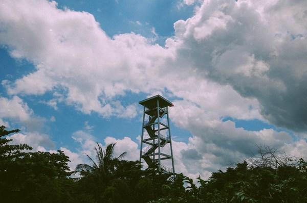 Đài quan sát cao 24 mét này là một trong ba điểm chính của chuyến tham quan vườn quốc gia U Minh Hạ. Trèo lên đài quan sát, du khách có thể nhìn ra bốn phía của cánh rừng U Minh Hạ rộng lớn