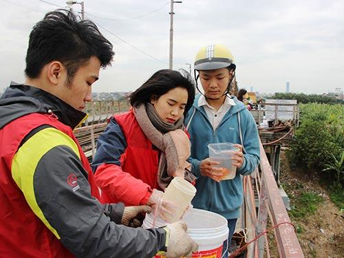 Năm nay, tình trạng người dân xả rác khi thả cá chép để tiễn ông Công, ông Táo đã giảm Ảnh: NGUYỄN HƯỞNG