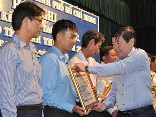Chủ tịch UBND TP HCM Nguyễn Thành Phong trao bằng khen cho các tập thể đã có thành tích trong phục vụ Tết Bính Thân 2016