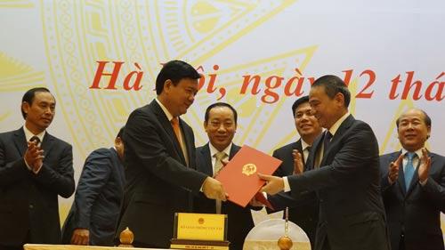 Tân Bộ trưởng Bộ GTVT Trương Quang Nghĩa (bìa phải) nhận bàn giao công việc