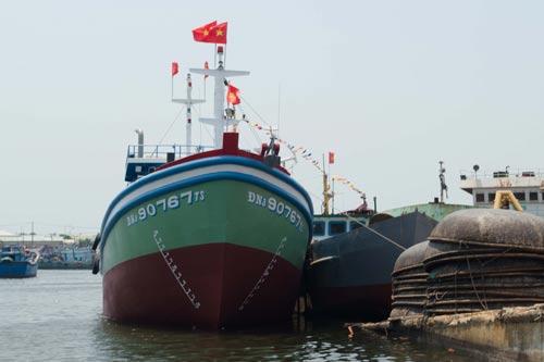 Tàu vỏ thép ĐNa 90767 TS trong lễ hạ thủy