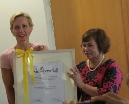 Đại sứ Camilla Mellander (bìa trái) trao Giải thưởng Midwives4all cho bà Phan Thị Hạnh