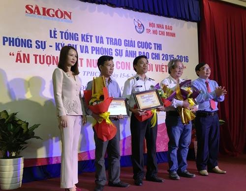 Những tác giả đoạt giải ba nhận giải vào sáng 15-6 Ảnh: MAI THẮNG