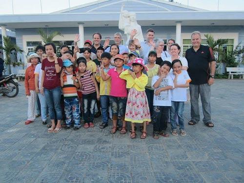 Đại diện một số tổ chức quốc tế thăm hỏi các cháu bé là nạn nhân chất độc da cam tại Đà Nẵng