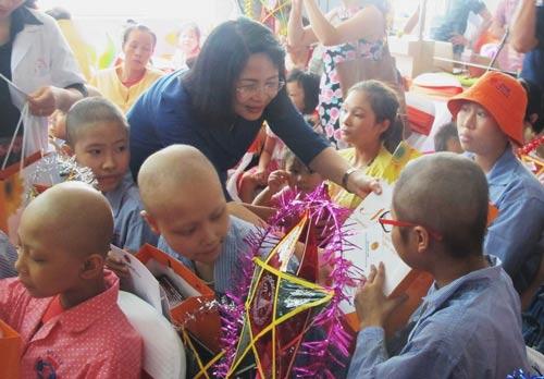 Phó Chủ tịch nước Đặng Thị Ngọc Thịnh tặng quà cho các bệnh nhi ung thư