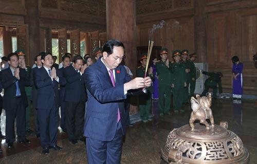 Chủ tịch nước Trần Đại Quang dâng hương tại Đền thờ Chủ tịch Hồ Chí Minh Ảnh: TTXVN