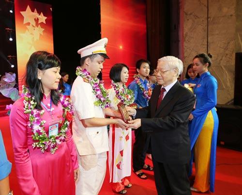 Tổng Bí thư Nguyễn Phú Trọng trao tặng biểu trưng khen thưởng gương thanh niên tiên tiến trong học tập và làm theo lời Bác Ảnh: TTXVN