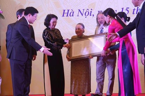 """Bà Nghiêm Thúy Băng, phu nhân cố nhạc sĩ Văn Cao, trao tặng bài """"Tiến quân ca"""" cho Chủ tịch Quốc hội Nguyễn Thị Kim Ngân"""