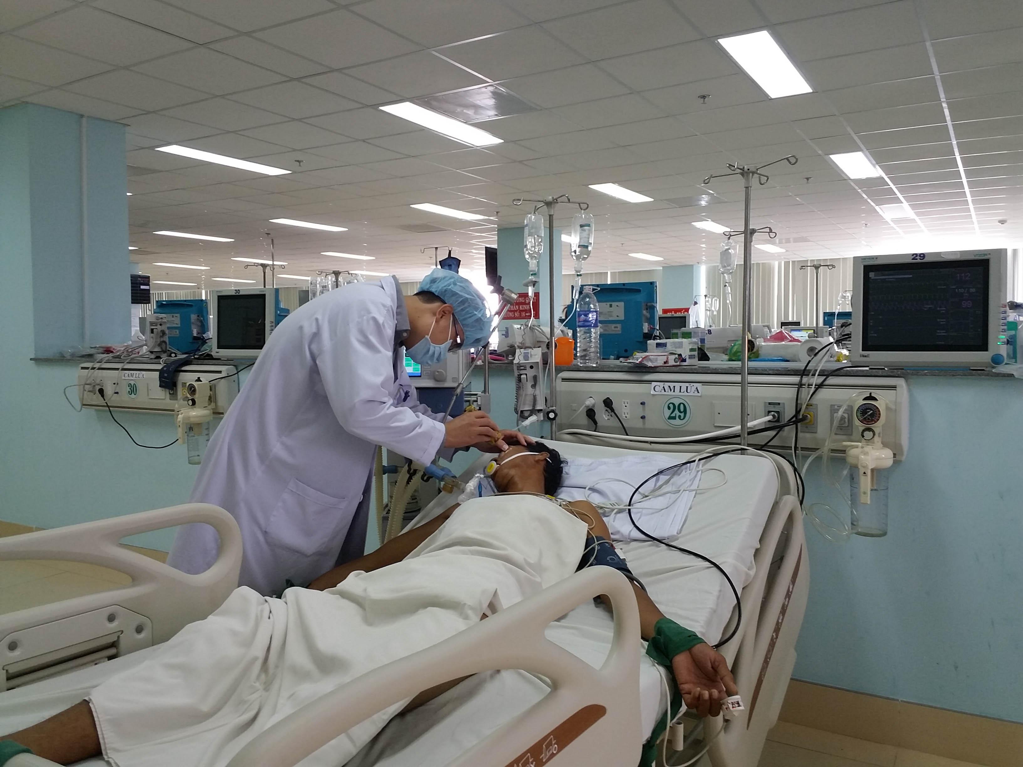 Ông Chau Soc Phol đang được các bác sĩ bệnh viện Bà Rịa kiểm tra tình trạng sức khoẻ