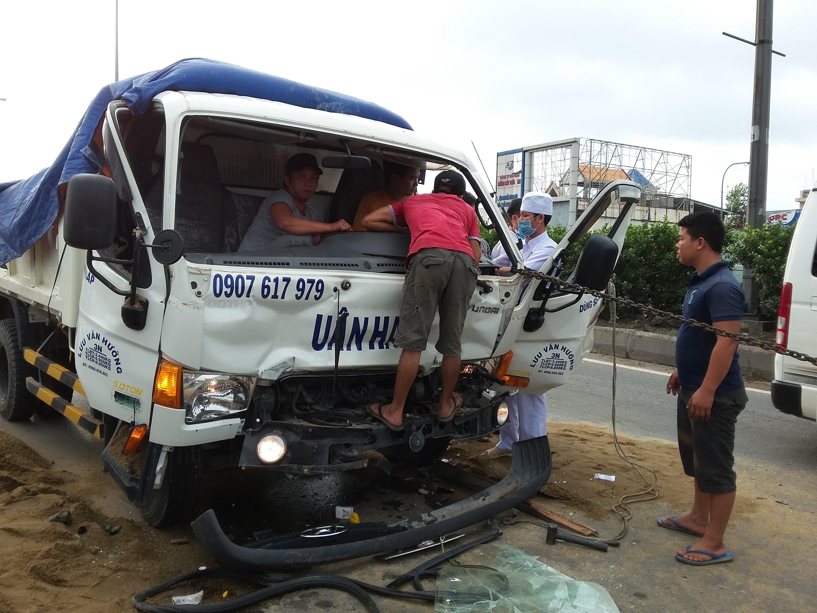 Người dân cùng lực lượng chức năng phải đập cửa xe để giải cứu tài xế gặp nạn.
