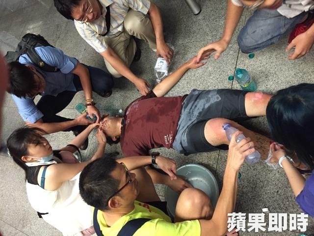 Người bị nạn được cấp cứu tại chỗ. Ảnh CCTV, Apple Daily